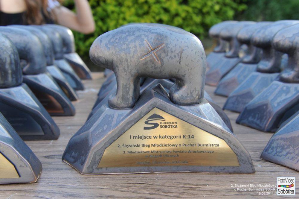 Statuetki dla zwycięzców jakich trudno szukać na innych biegach